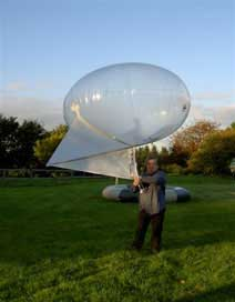 Gary-Littledyke-of-ITT-holding-3-cubic-metre-Skyhook-Helikite-with-Spearnet-Radio-attached-to-the-keel.jpg